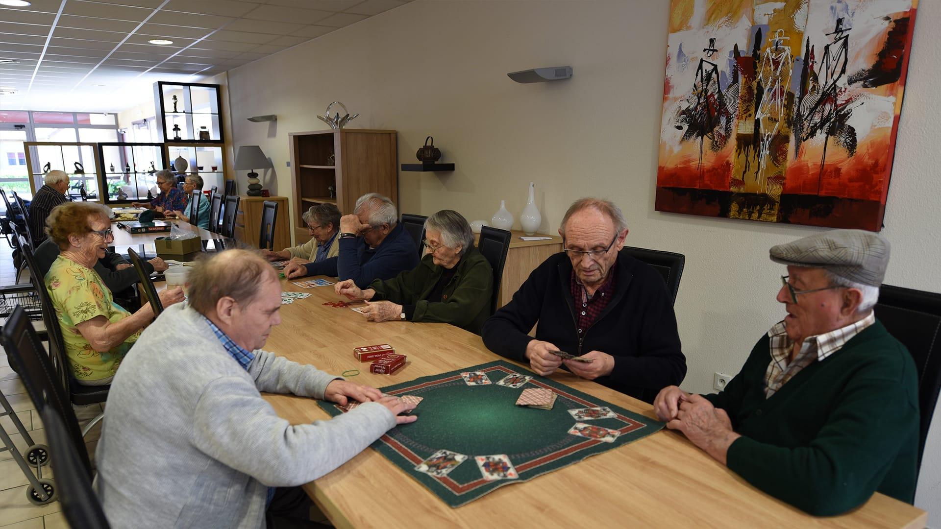Photo des résidents jouant à plusieurs jeux dans la Résidence des Acacias