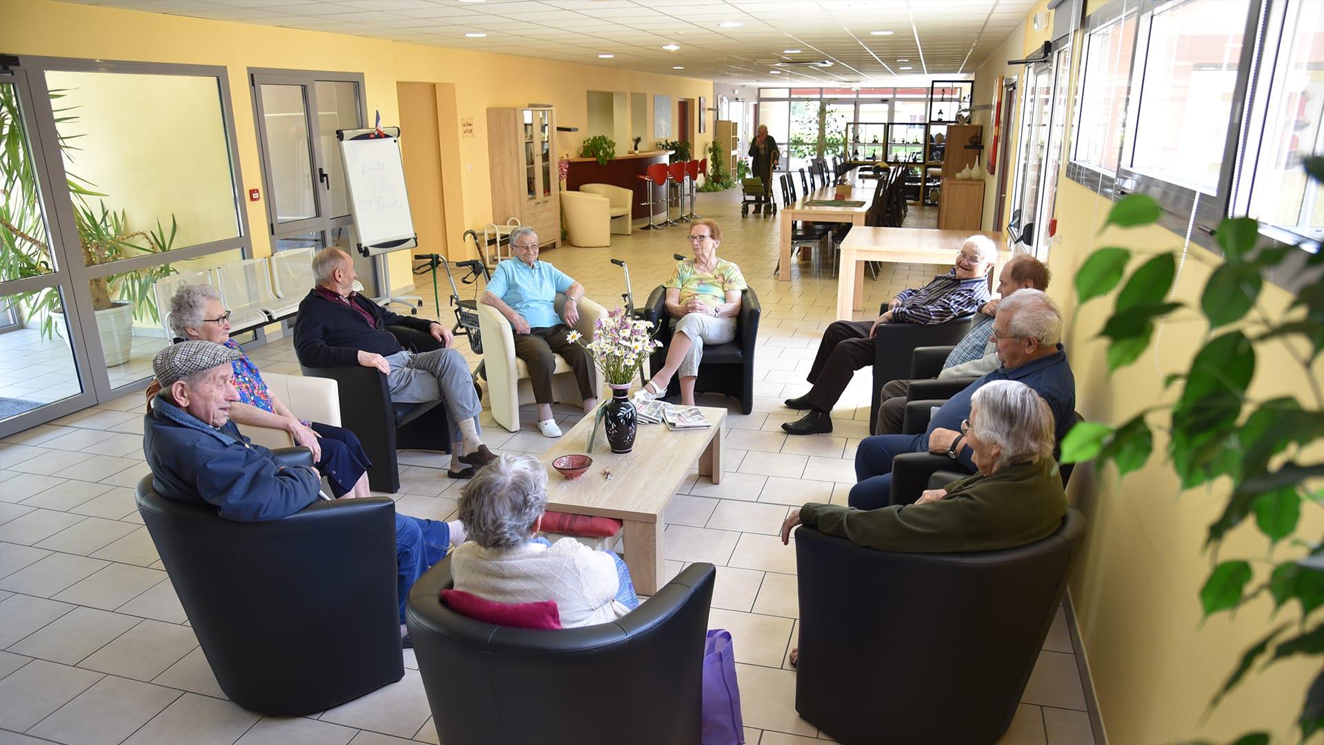 Espace commun de convivialité où des résidents discutent