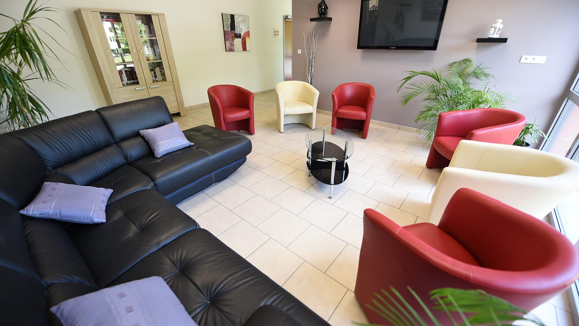 Photo d'une salle de convivialité équipée d'une télévision au sein de la Résidence Les Acacias