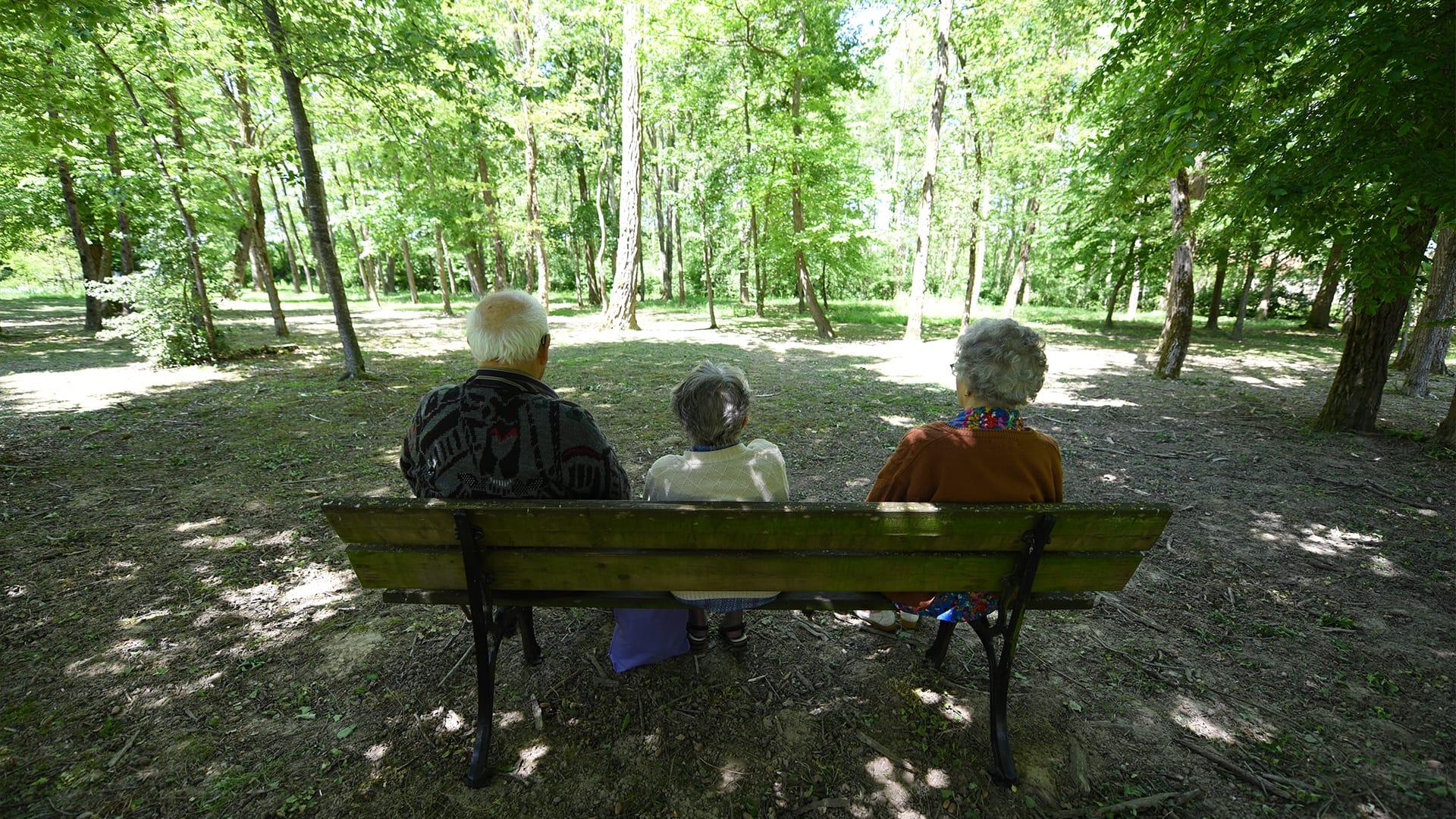 Résidents des Acacias assis sur un banc dans notre parc en forêt